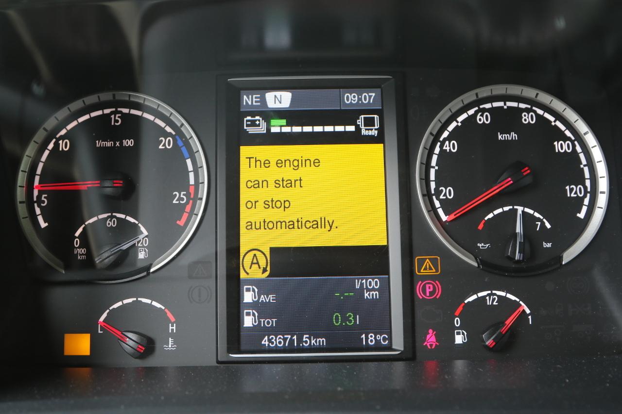 Az automatikus stop-start funkció bekapcsolva – közli a felirat és a piktogram. Ilyenkor a dízelmotor menet közben is leállhat, illetve szükség esetén azonnal újraindul