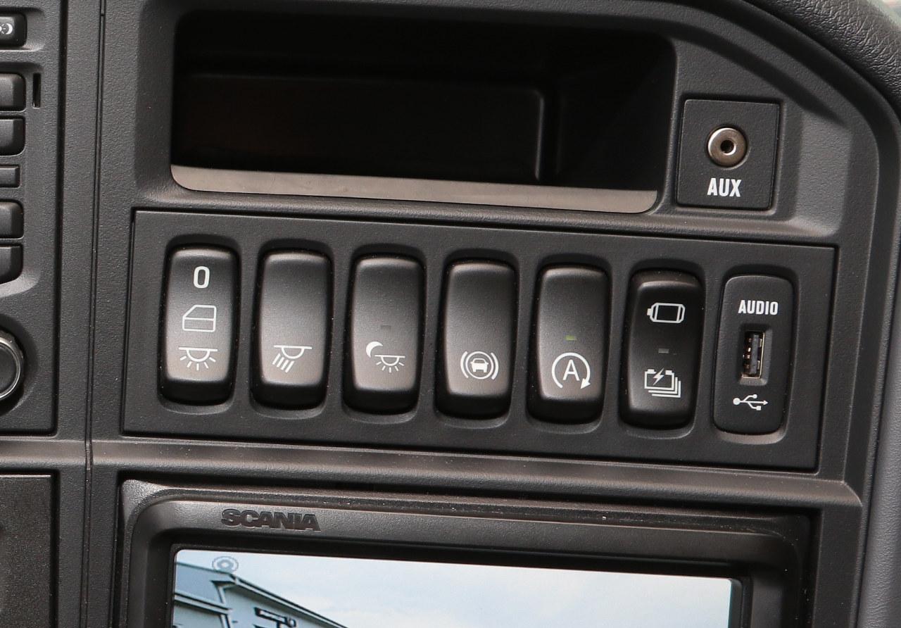 A jobb szélső gombbal az erőltetett elektromos üzemmód és a gyorsított akkumulátortöltés kapcsolható be vagy ki, a mellette lévővel pedig az automatikus stop-start funkció