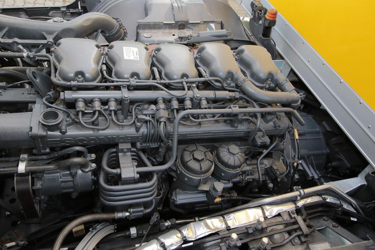 A fülke alatt a jól ismert öthengeres, 9,3 literes dízelmotor 320 lóerős változata dolgozik a hibrid modellekben