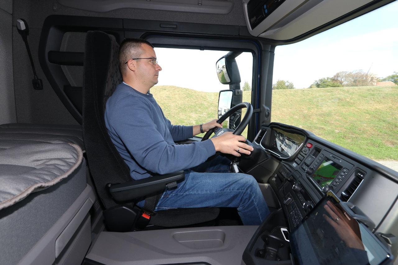 A járművezető munkahelyének környezete és ergonómiája pontosan ugyanolyan kiváló, mint az R-szériában, sőt, az alacsonyabban elhelyezkedő fülke miatt még jobb a kilátás a jármű közvetlen környékére