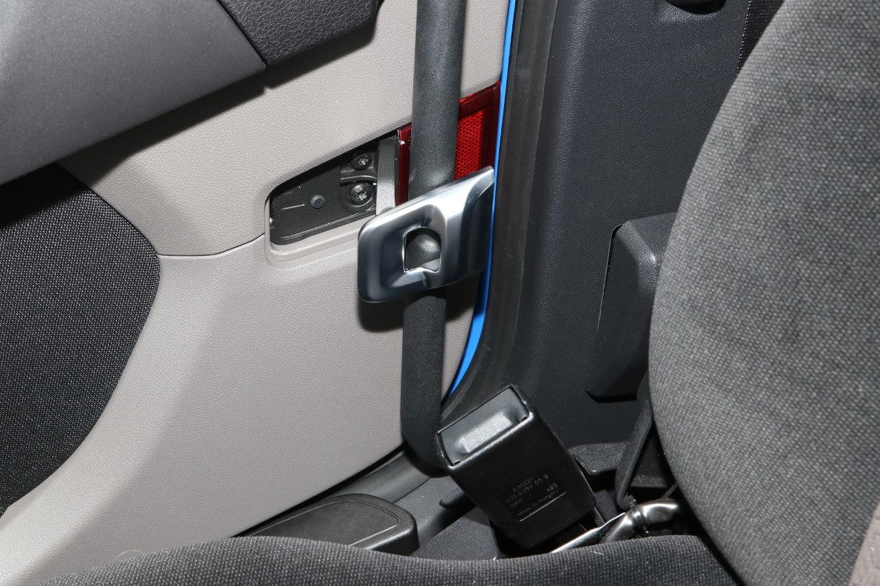 Már a Scania tehergépkocsikba is rendelhető belső biztonsági ajtózár, ráadásul ez is nagyon elegáns kivitelű, a krómozott retesz használaton kívül az ajtóburkolatba simul