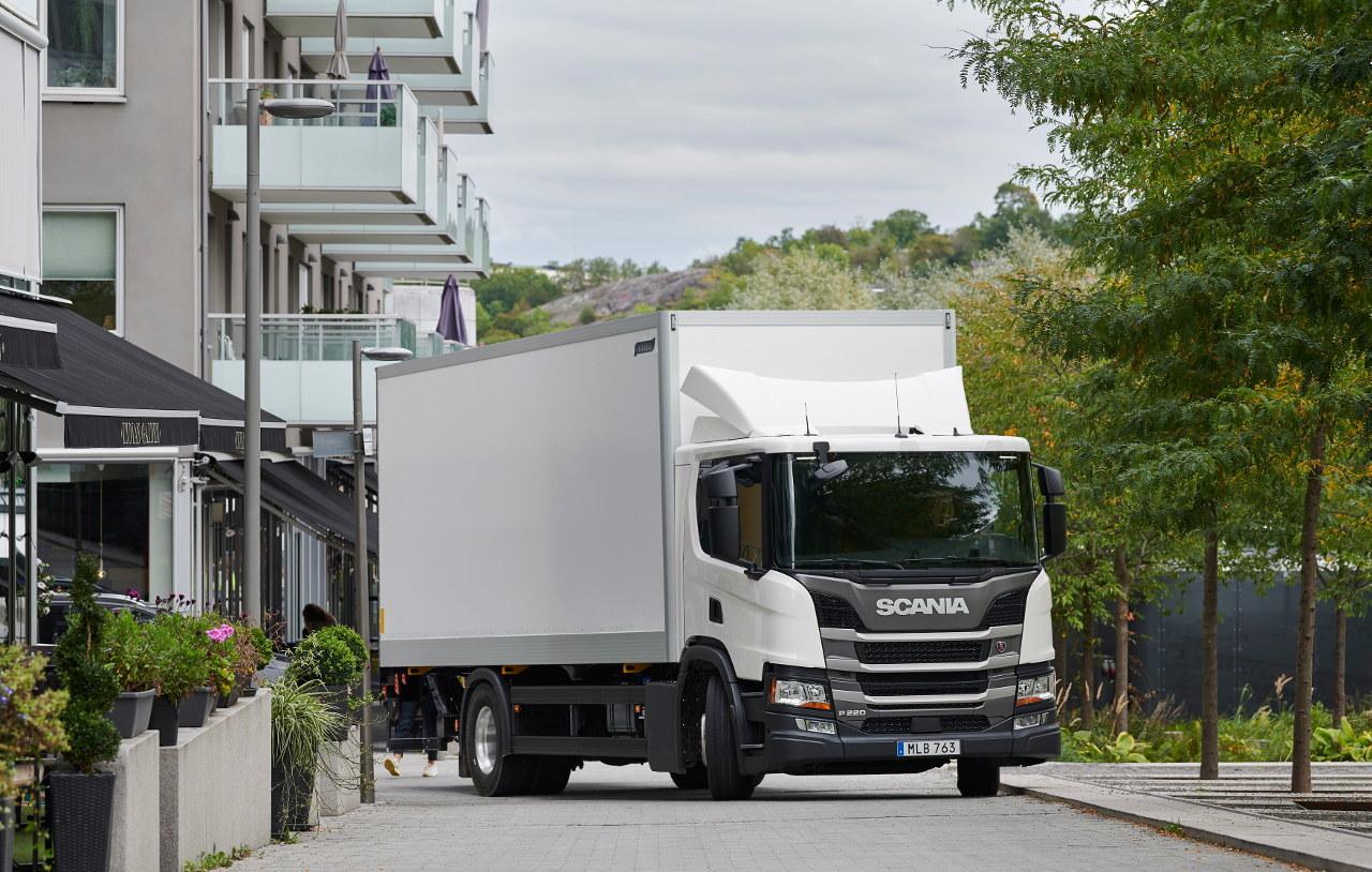 P-szériájú áruterítő tehergépkocsi – jól beleillik a városi környezetbe, barátságos hatású