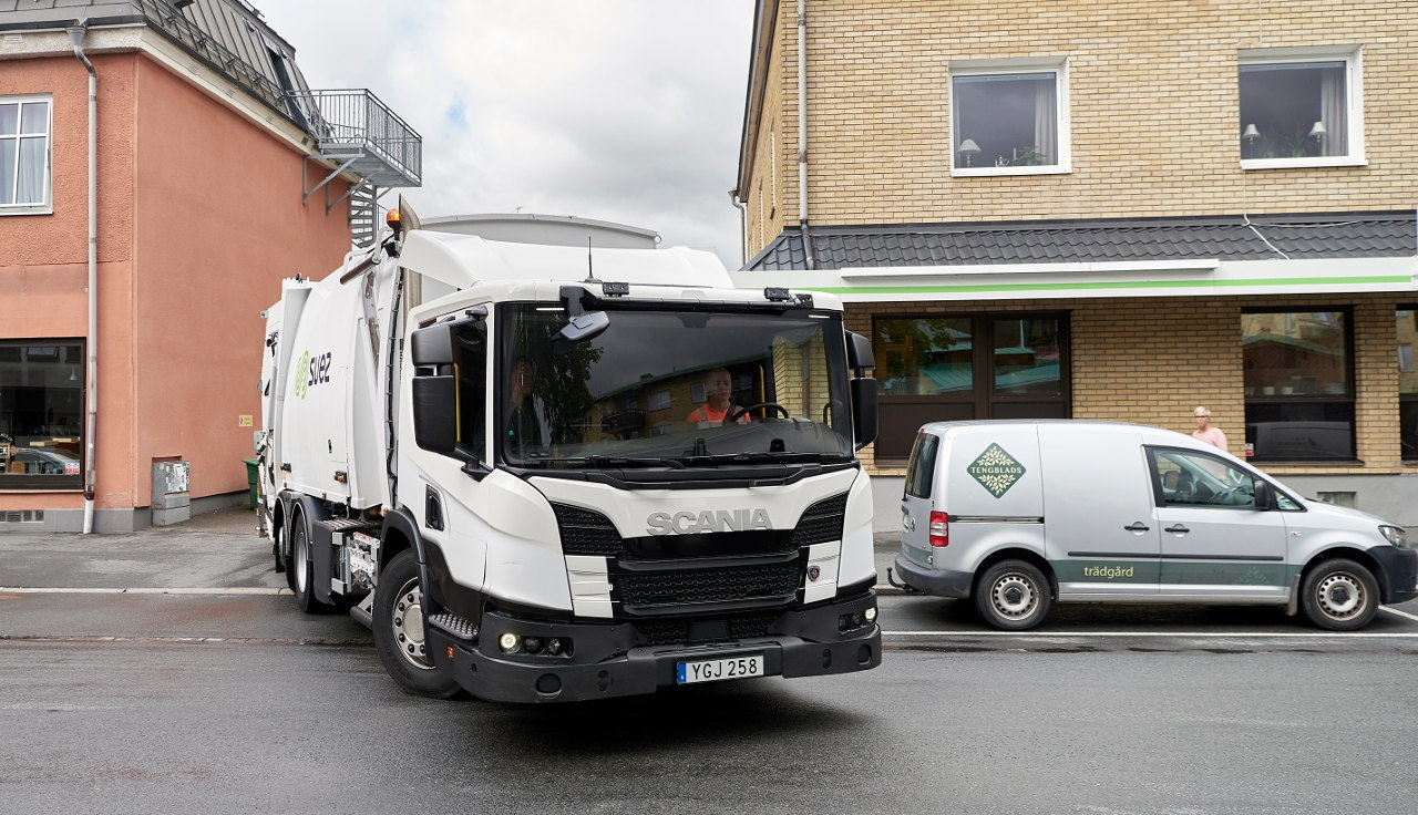 L-szériájú hulladékgyűjtő jármű – fülkéje még a felépítménynél is alacsonyabb