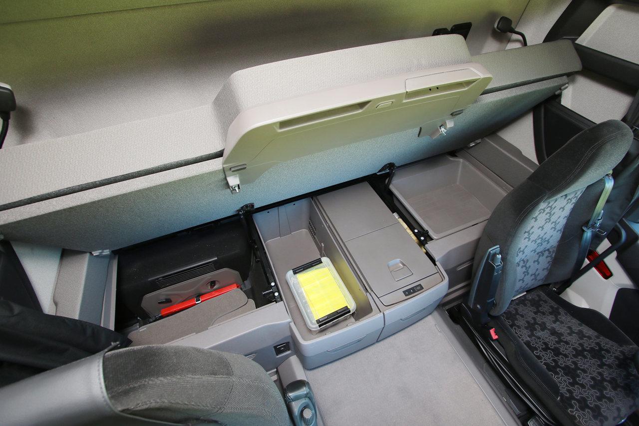 Tágas tárolórekeszek sorakoznak a fekhely alatt, középre pedig akár két hűtőrekesz is rendelhető