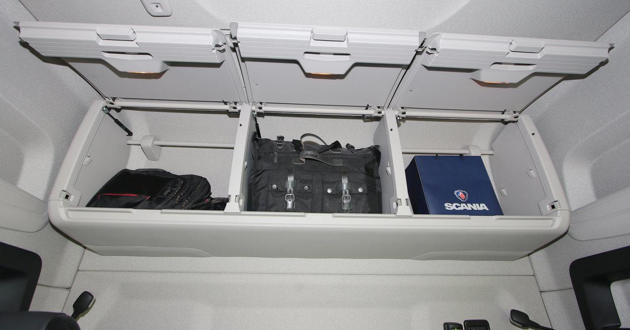 Tesztvontatónkban a felső fekhely helyére tágas és praktikus hátfali tárolórendszer került