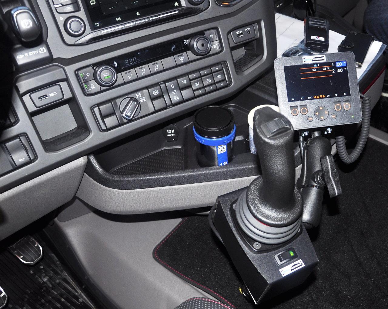 Ezzel a joystick-karral egyszerűen állítható a hótolólap magassága és a menetiránnyal bezárt szöge. Az automatikus funkció használatakor szépen leköveti a göröngyös út profilját a tolólap, hogy mindenhol megfelelően eltakarítsa az utat