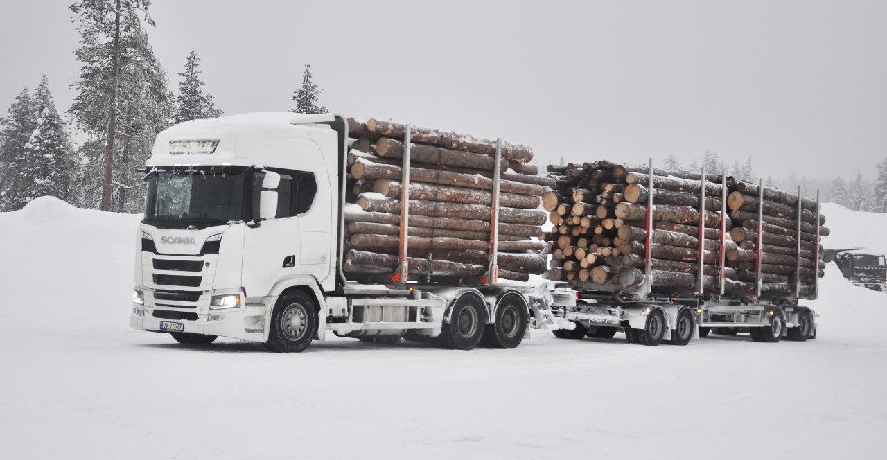 650 lóerő teljesítmény, 3300 newtonméter nyomaték, 25,25 méter hosszúság, 60 tonna össztömeg, magas tömegközéppont – egy ilyen szerelvénnyel nagyon észnél kell lenni téli útviszonyok esetén