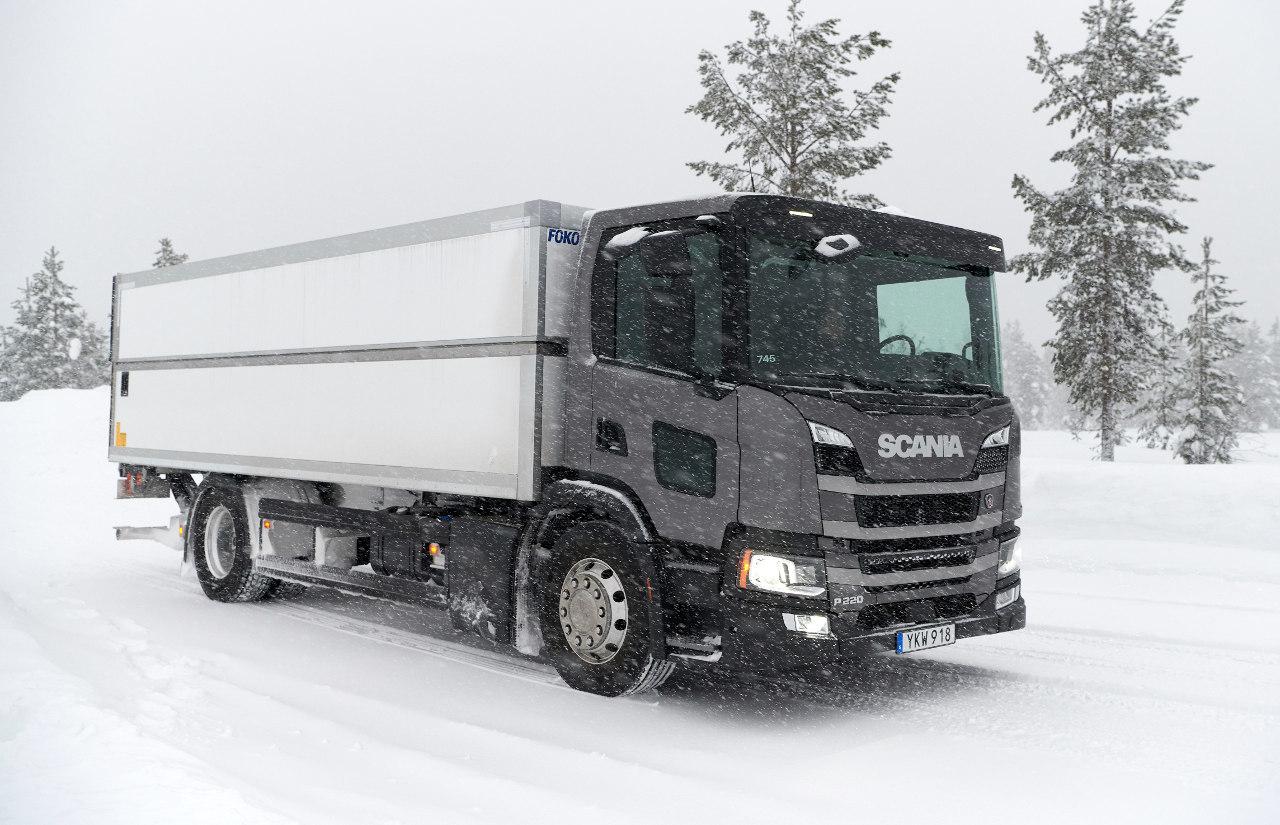 Ebben a P 220 elosztó-teherautóban próbálhattuk ki az új, hétliteres, hathengeres motort, amely nagyon jó nyomatékleadási jellegével és csendes működésével gyorsan kivívta elismerésünket