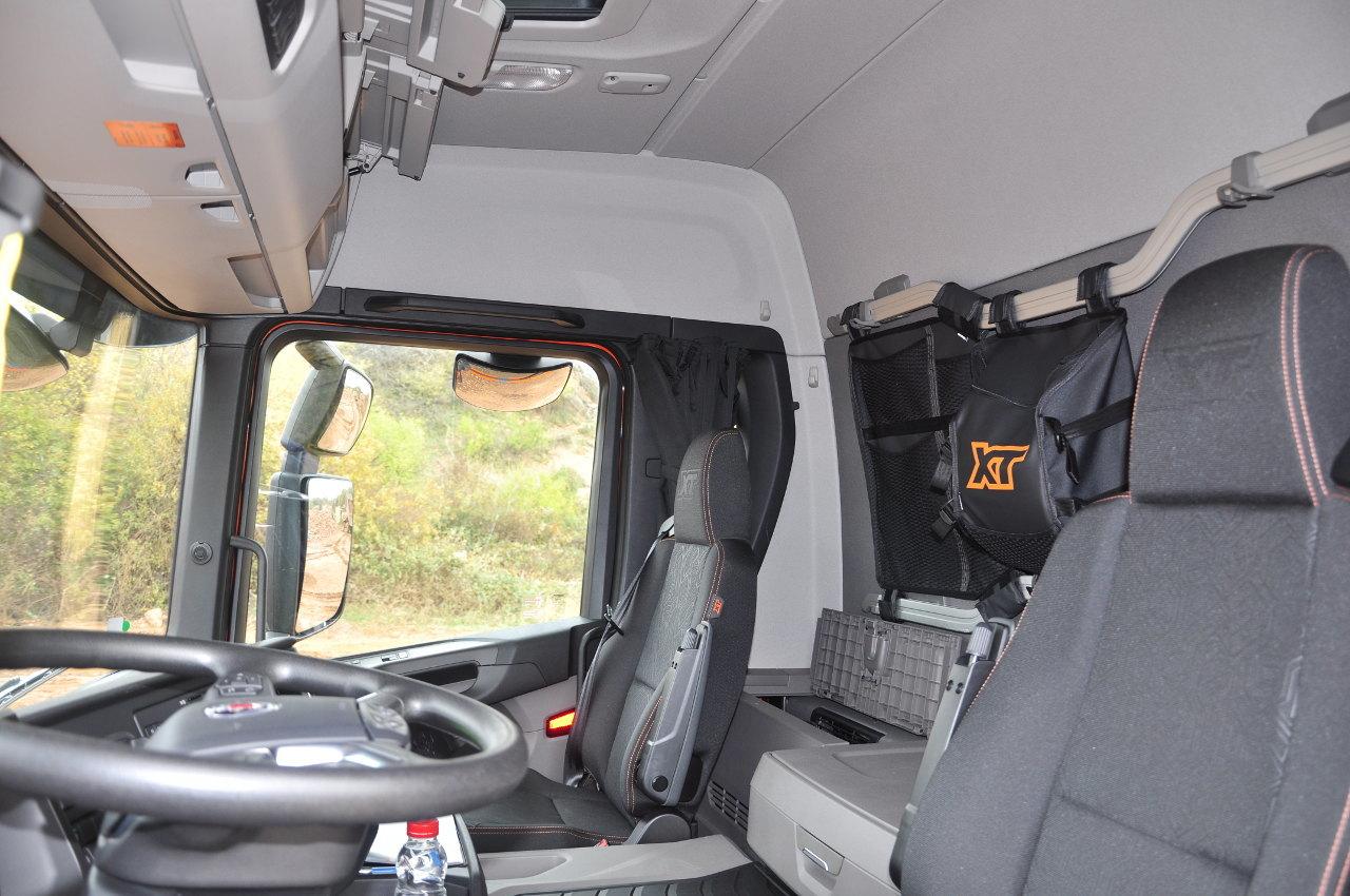 Igényes, tágas és ergonomikus a belsőtér, amely sok praktikus tárolóhelyet kínál
