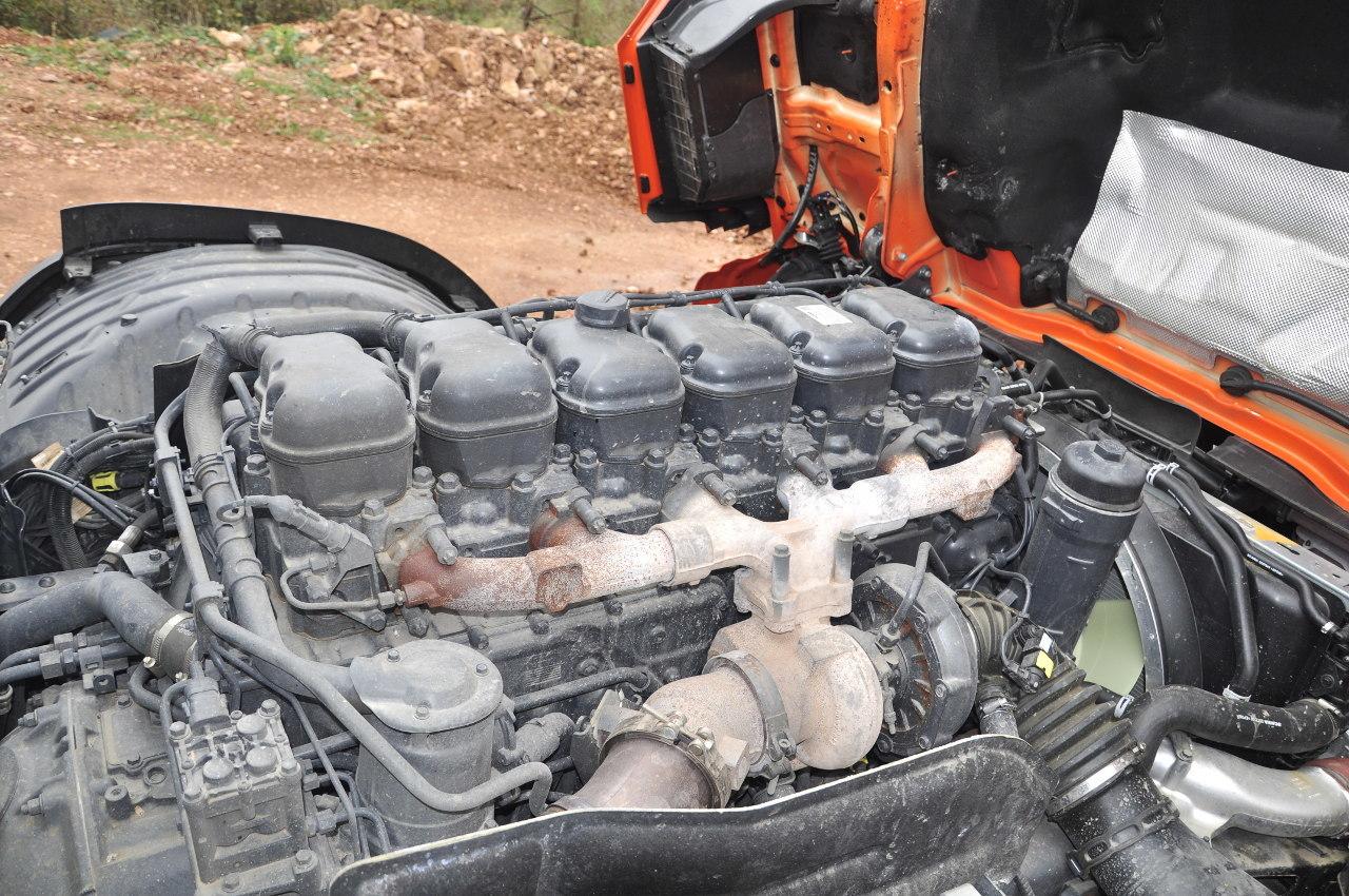 A soros, hathengeres, 13 literes motor fix geometriájú turbófeltöltővel és kipufogógáz-visszavezetés nélkül teljesíti a mai környezetvédelmi normát