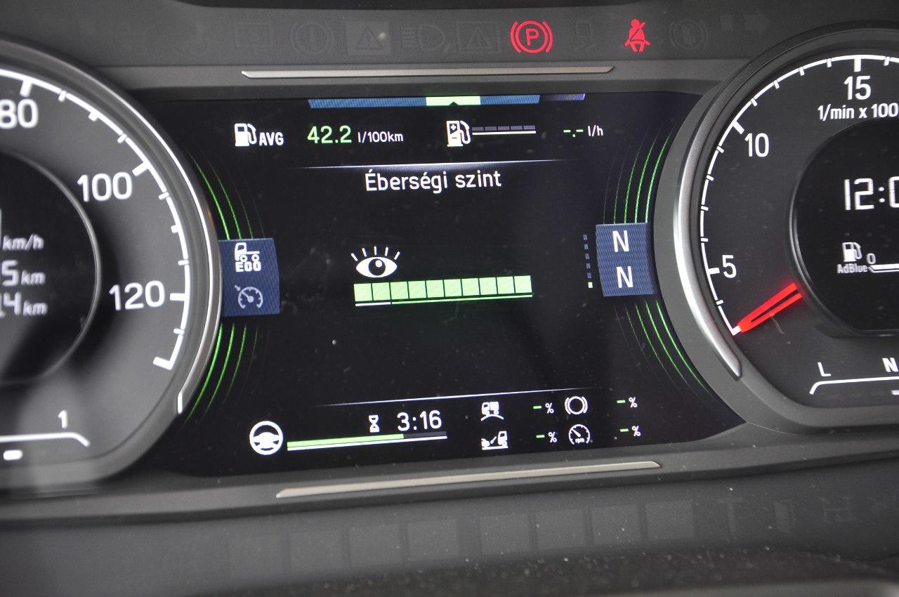 A Scania tehergépkocsikban újdonság az éberségfigyelő, amelyet a központi kijelző menüjében lehet előhívni. Ez egy grafikus sávon tíz fokozatban jelzi a gépkocsivezető éberségi szintjét a kormánymozgások, illetve a sávtartás kiértékelése alapján