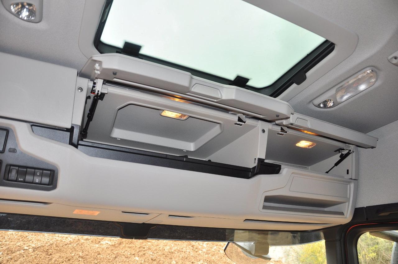 A normál tetőmagasságú fülke szélvédő feletti tárolói nem túl tágasak, de egynapos felhasználáshoz megfelelők