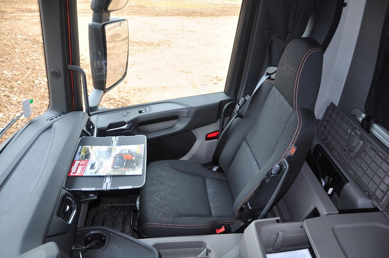 Az XT ülései strapabíróbb, de így is igényes megjelenésű szövetkárpitot kapnak