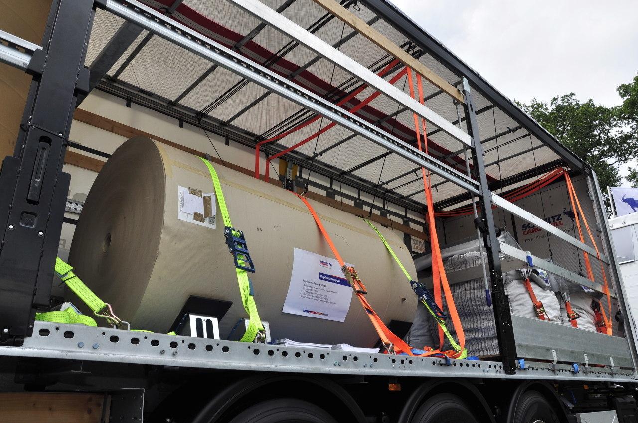 A tetőre gumiszalagokkal felfüggesztett feszítőhevederek sokkal egyszerűbbé, gyorsabbá és biztonságosabbá teszik a rakományrögzítést