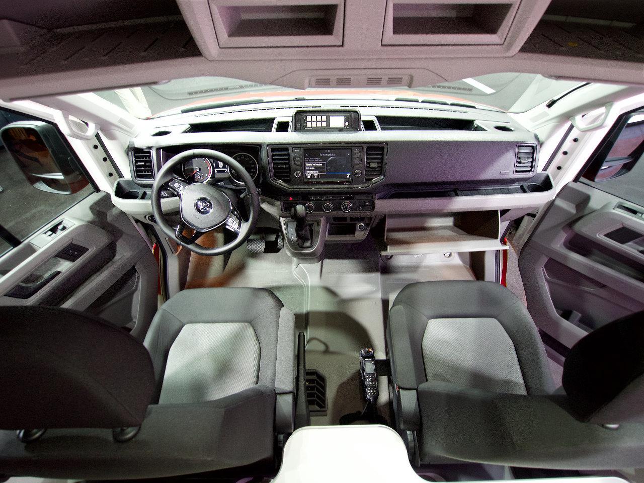 Leginkább a fej fölötti tárolóhelyek, az akár dupla jobb oldali ülés és a nagy méretek árulják el, hogy nem egy Volkswagen személyautó belsejét látjuk, a kivitelezés minősége ugyanis kiváló