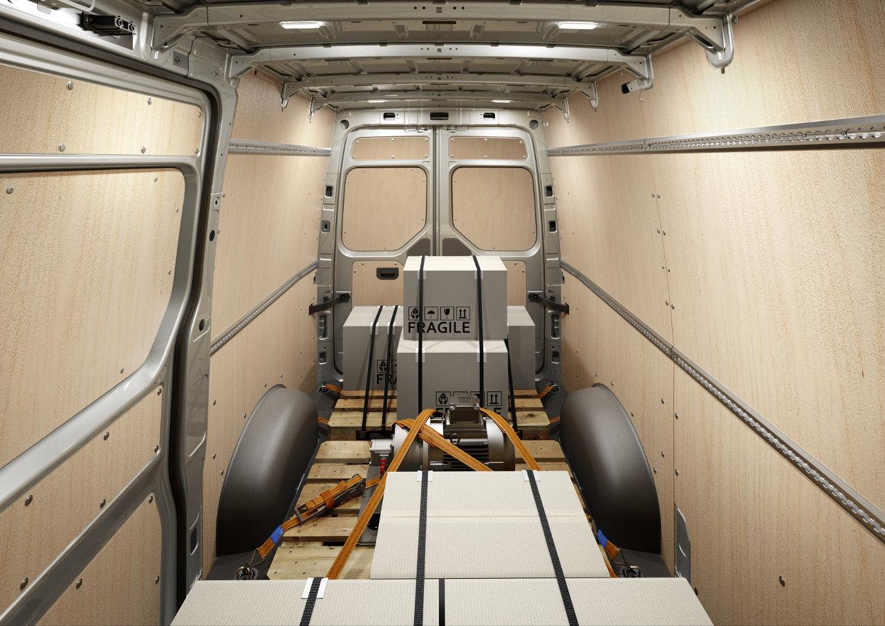 Rögzítősínek rendelhetők még a plafonba is, amelyekk nagyban megkönnyítik a rakomány gyors és biztonságos rögzítését