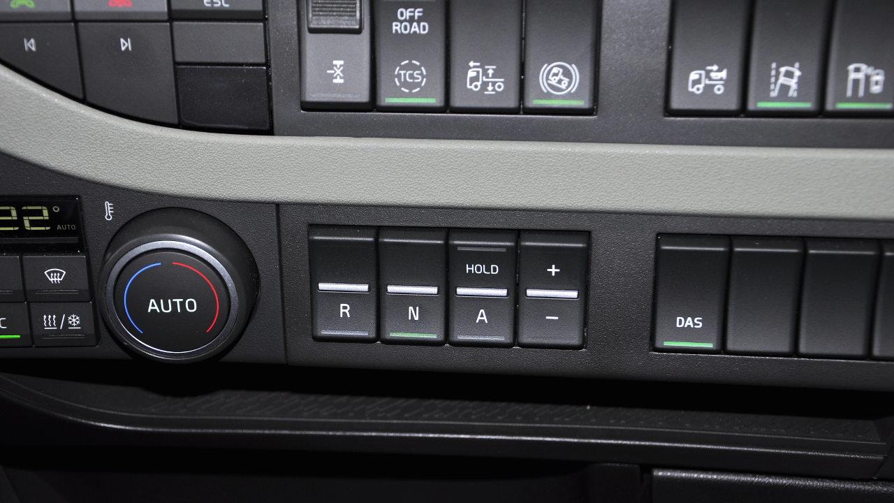 Az I-Shift, illetve az I-Shift Dual Clutch sebességváltókhoz immár műszerfali billenőkapcsolós vezérlés is választható az ülésre erősített joystick váltókar helyett. Ez vezetés közben könnyebben és gyorsabban elérhető, valamint egyáltalán nem zavarja az átjárást a fülkében vagy a hűtő kihúzását. Persze a legjobb a bajuszkapcsolós megoldás lenne, ahogy az már több vetélytársnál bevált